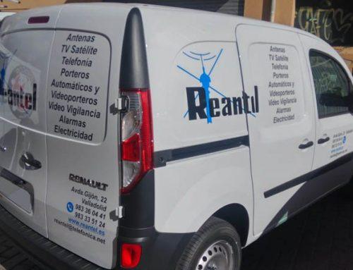 Rotulación con vinilo de 7 años para dos furgonetas de Reantel