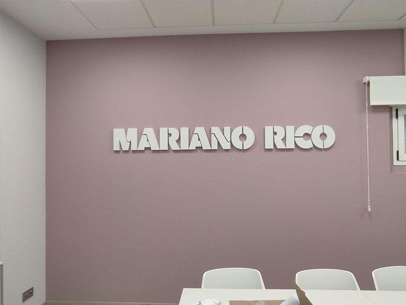 letras en pared de sala de reuniones